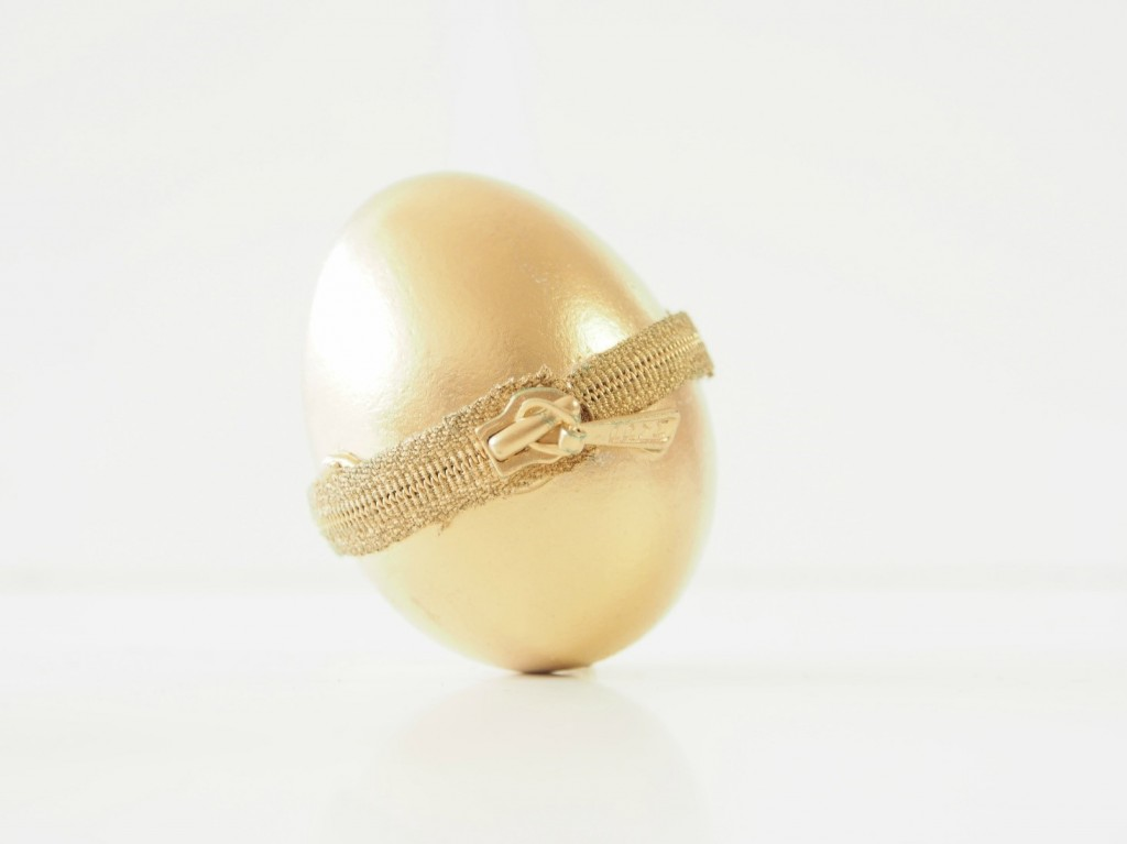 DIY-Zipper-Easter-Eggs-gold-metallic